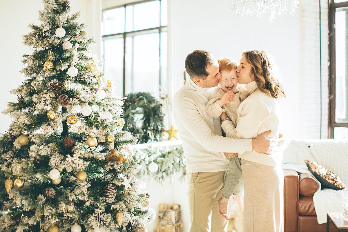 家族、キス、子供、両親、クリスマスツリー、温かい家庭