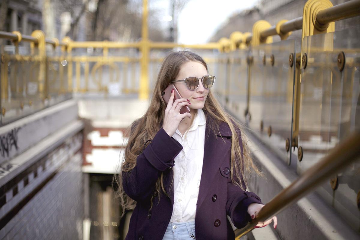イタリア、女性、通話中、地下鉄出口