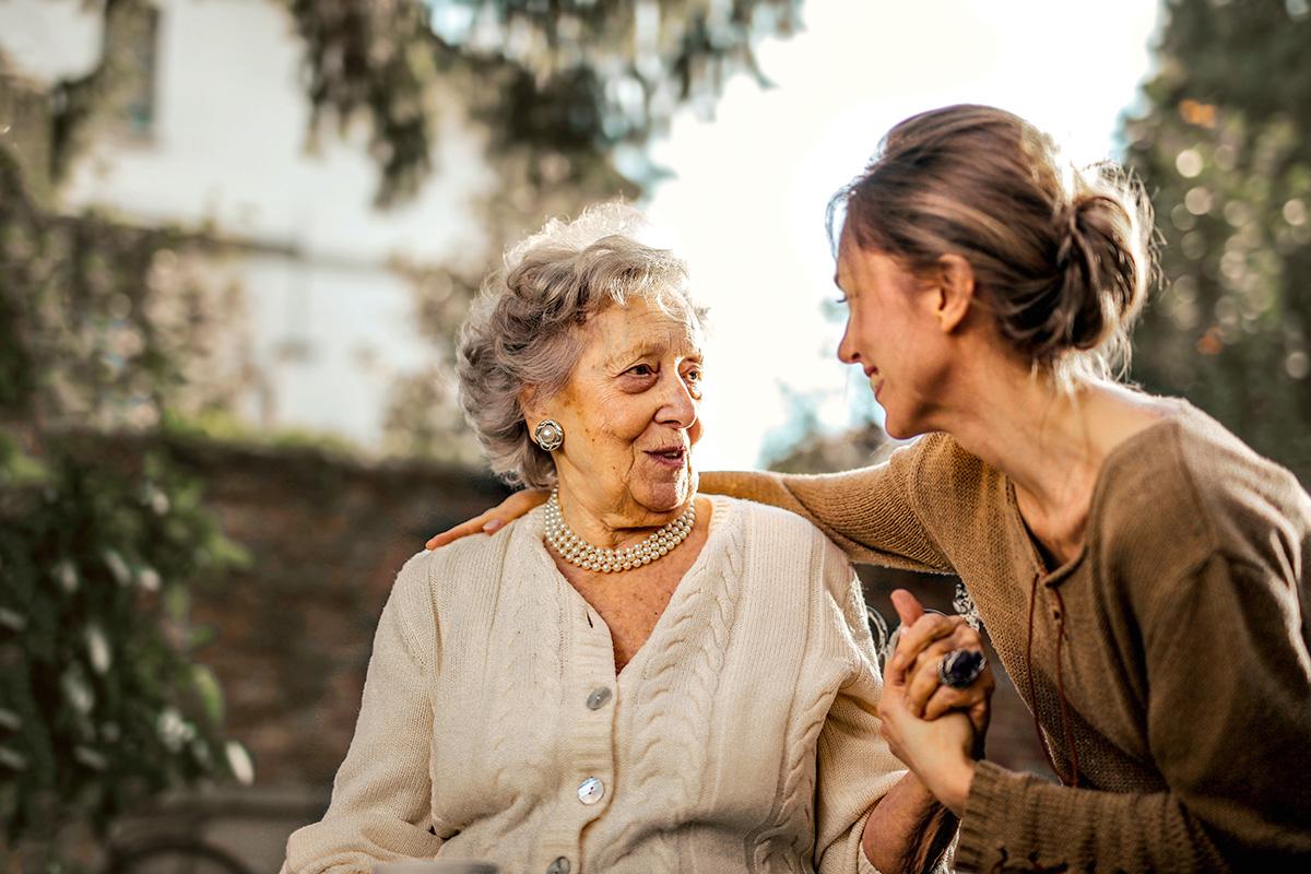 イタリア、女性、老女、会話する二人、手を差し伸べる
