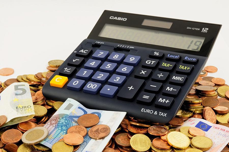 イタリア生活費、生活費用、ユーロ、電卓、コイン、ユーロ紙幣