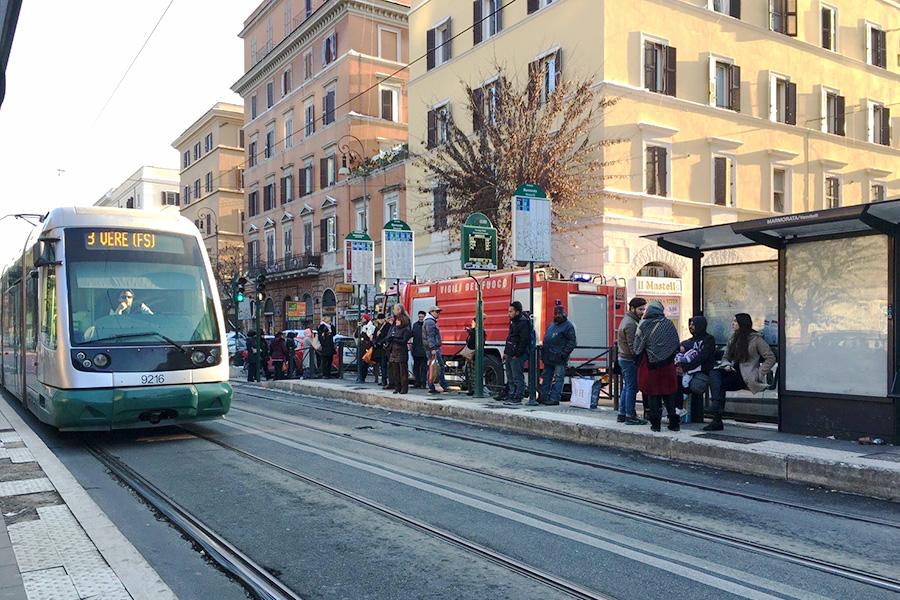 イタリア生活、生活費用、交通費、トラム、停留所