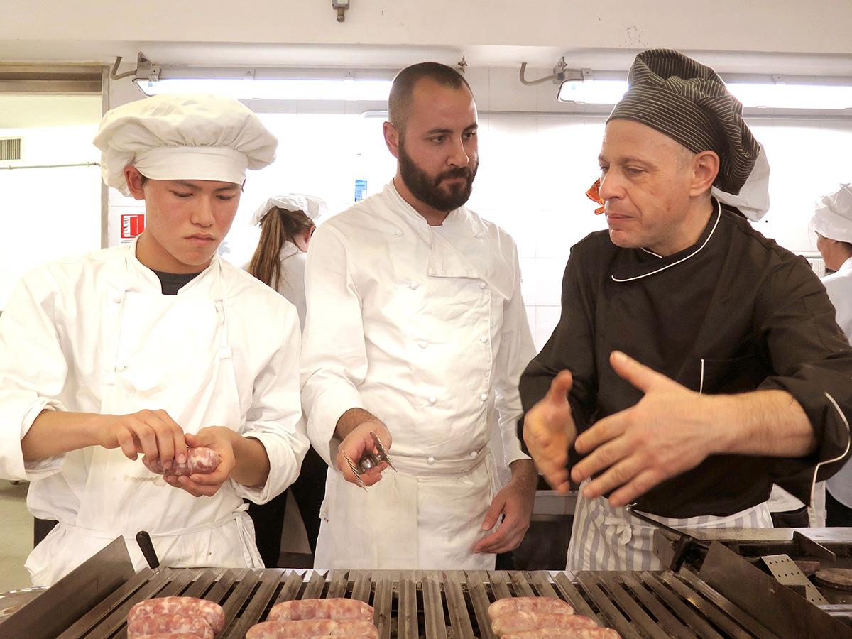 留学風景、料理レッスン、シェフ養成コース、グリル焼き、シェフの指導