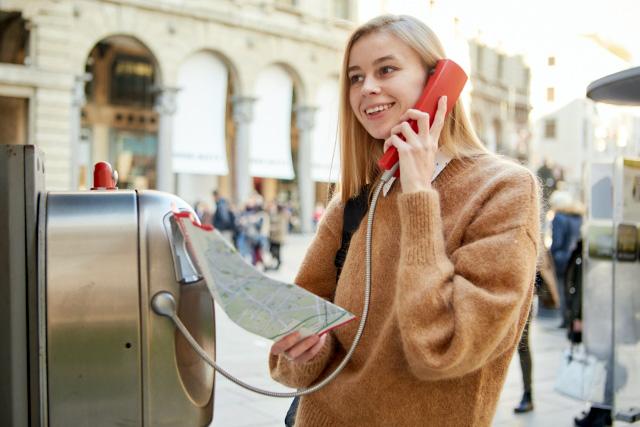 イタリア生活、電話をかける女性、公衆電話