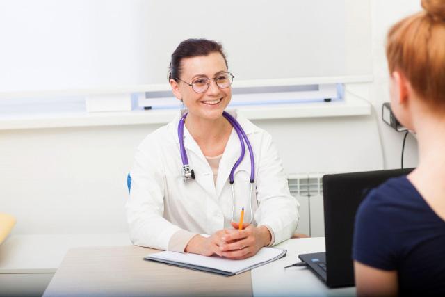 診察室、医師と患者