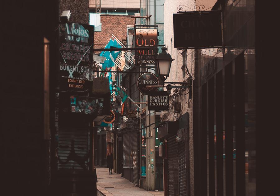 イタリア街、裏通り、薄暗い通り、人気がない、治安が悪い
