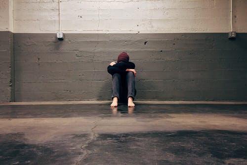 孤独、落ち込む人、体育座り、一人っぽっち、一人、ひとり