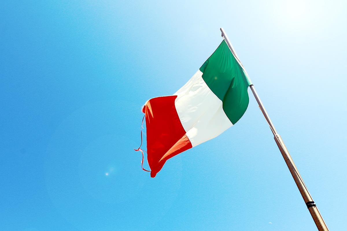 イタリア国旗、青空、イタリアントリコロール