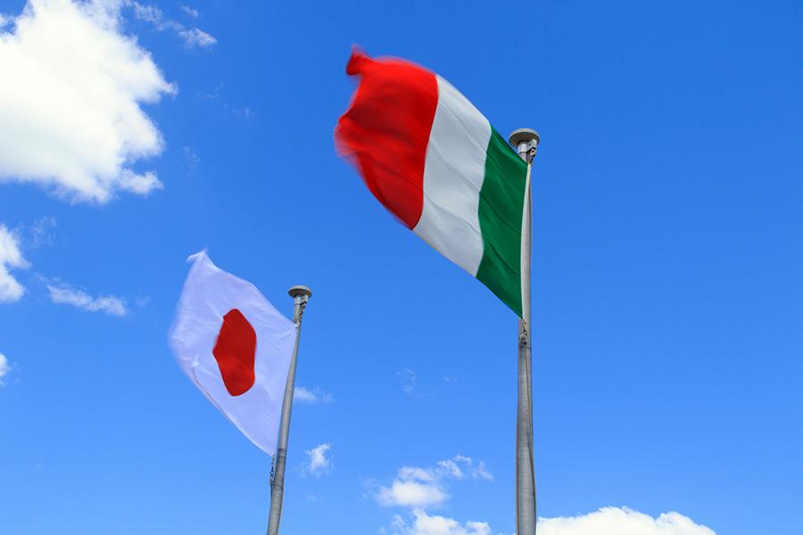 イタリア国旗、日本国旗、日本からイタリア留学