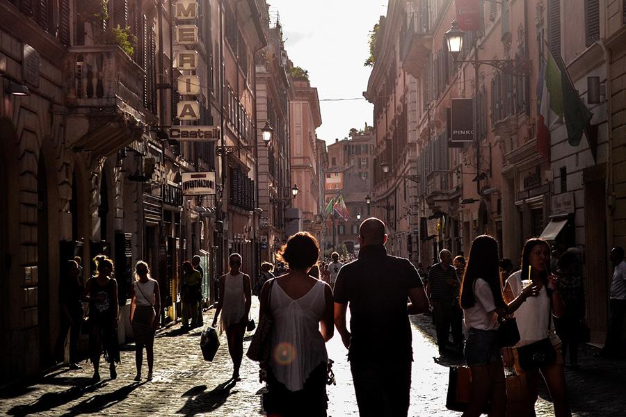 イタリア街並み、観光客、暗がりの街
