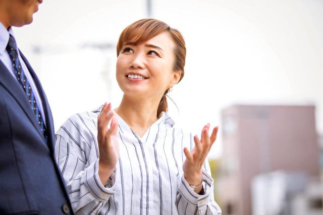 女性、話しかける、外国語で話す