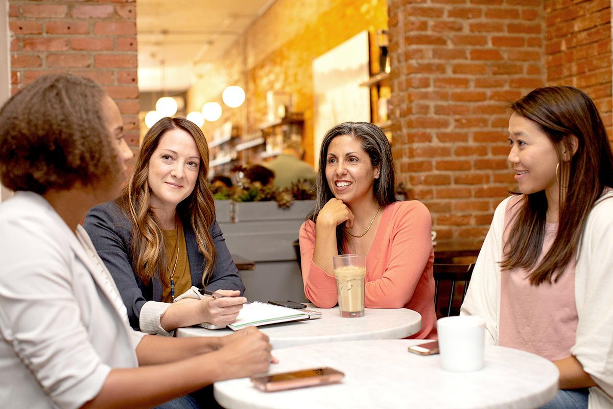 女性グループ、カフェ、お茶、談笑、インターナショナル