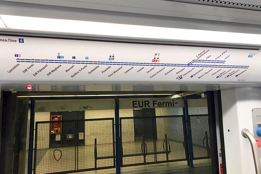 イタリア風景、イタリア公共交通機関、メトロ、メトロ車内、地下鉄、路線図