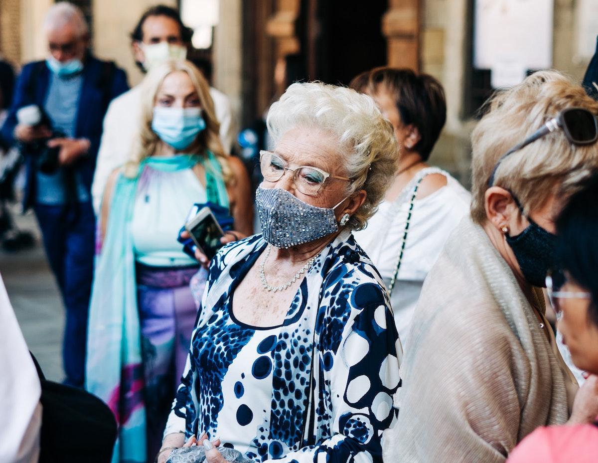 イタリア人女性、マスク、結婚式参列、イタリア風景