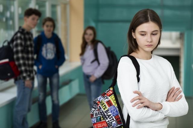 学生、言葉の壁、仲間に加われない、廊下の端っこ