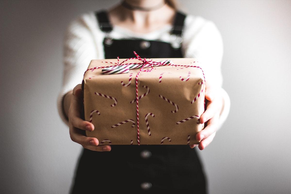 プレゼント、プレゼント渡す、包み、パッケージ